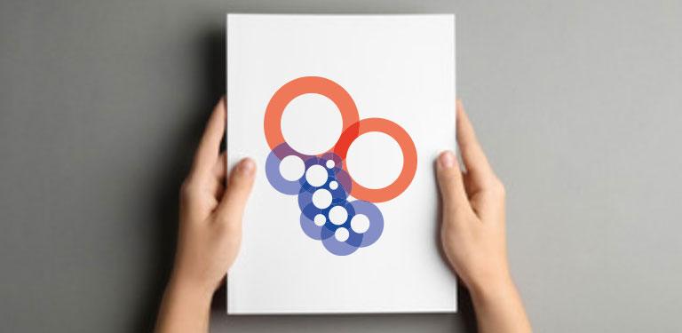 To hænder holder et stykke papir med interreg-logo