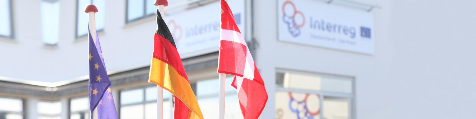 Flag fra euro, tyskland og danmark foran Interreg-bygningen