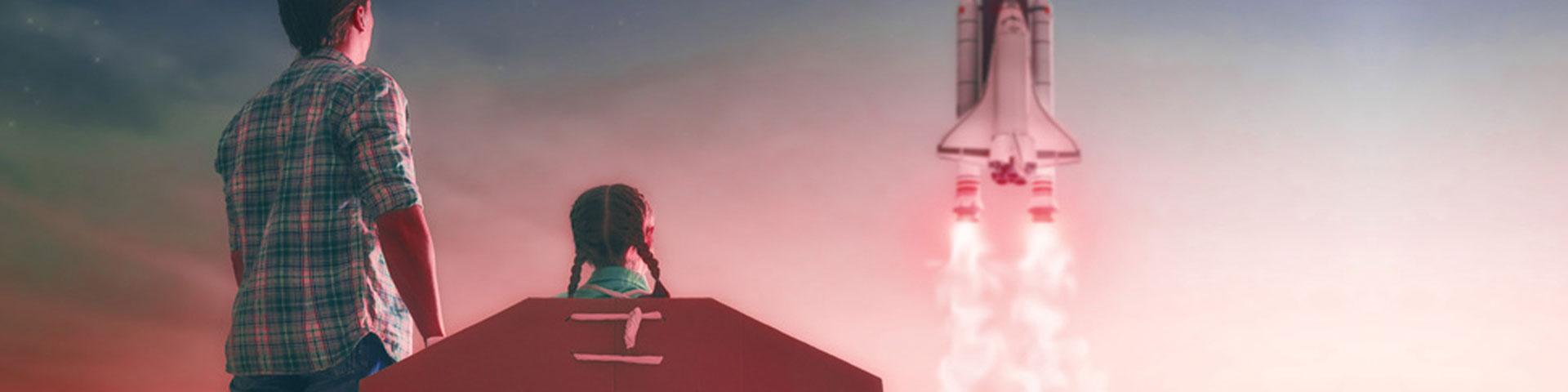 Raket starter mens to børn kigger