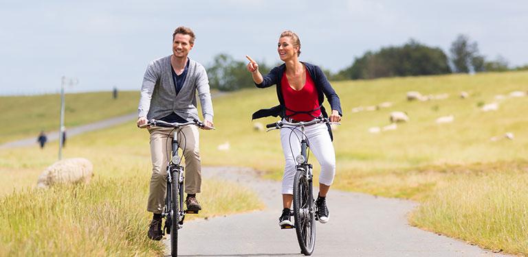 To personer cykler i naturen