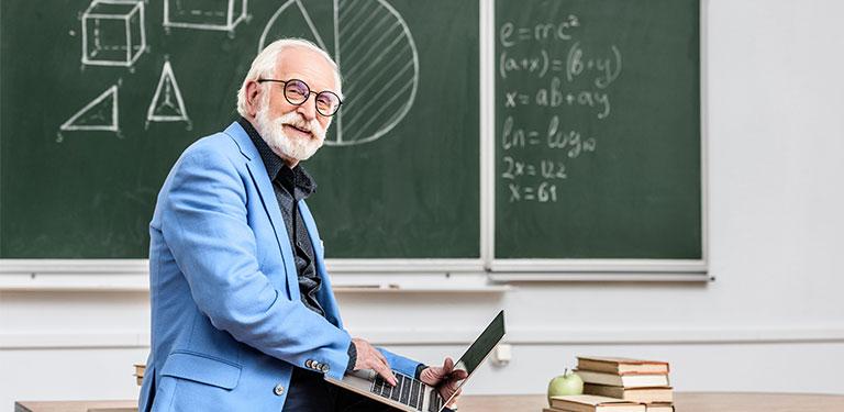 professor sidder foran tavlen