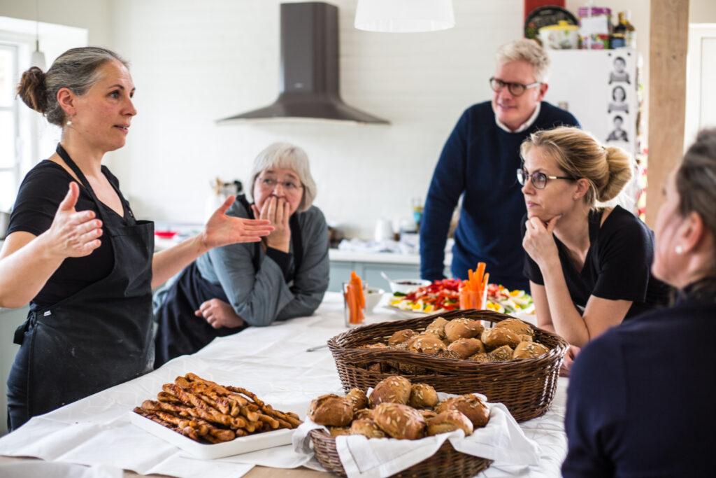 gruppe af mennesker i køkken