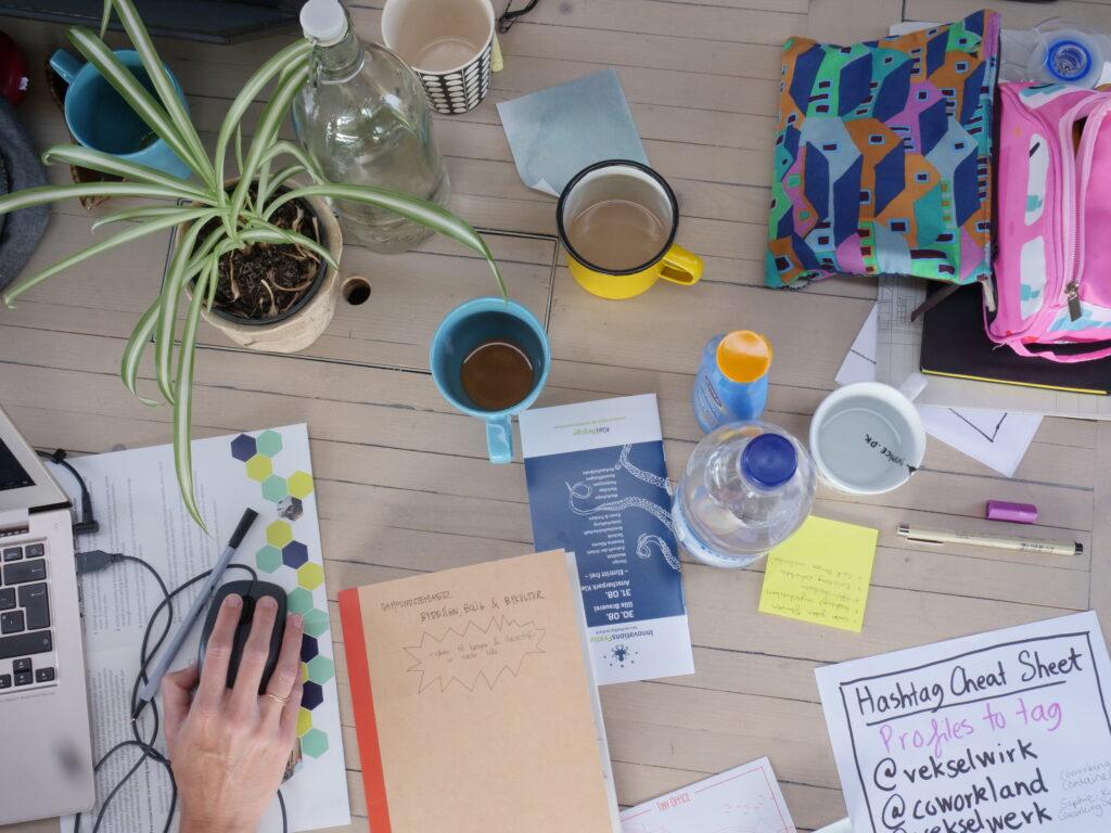 bord med kopper og papir