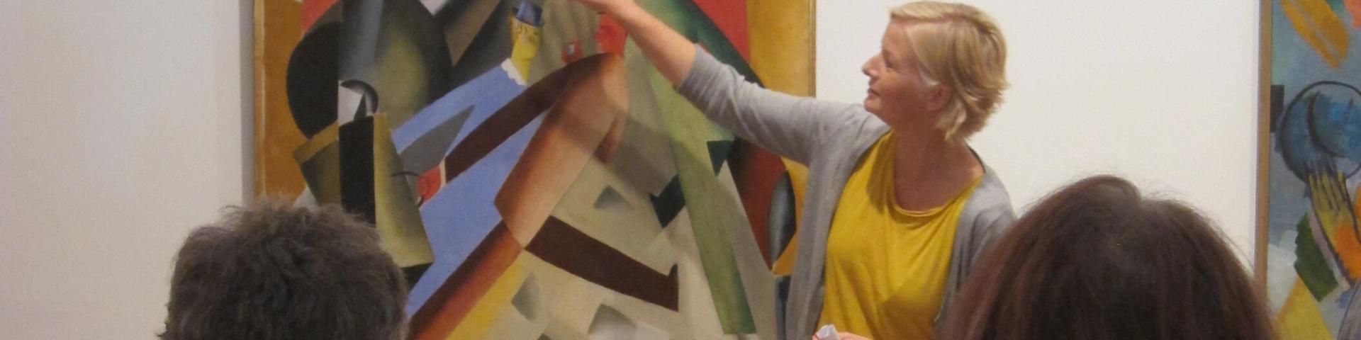 kvinde står foran kunstprojekt