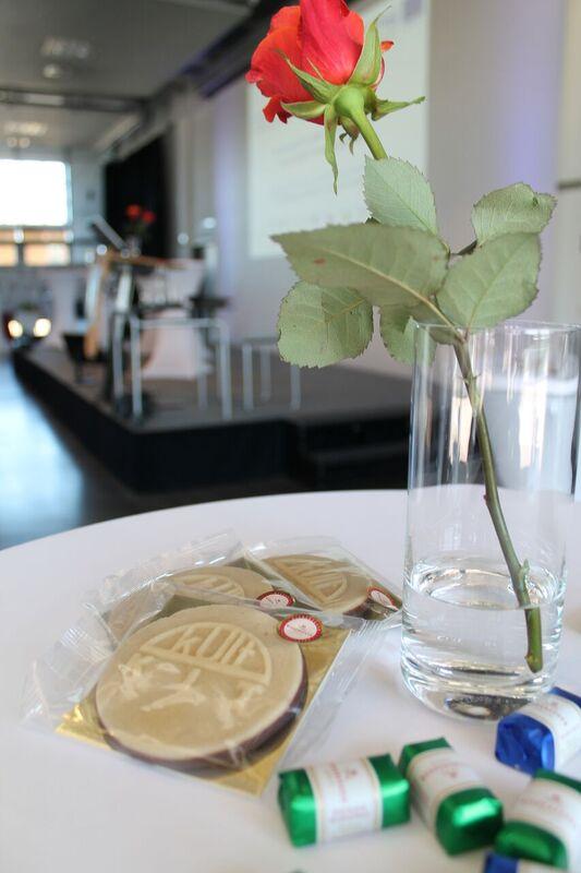 bord med blomster og chokolade