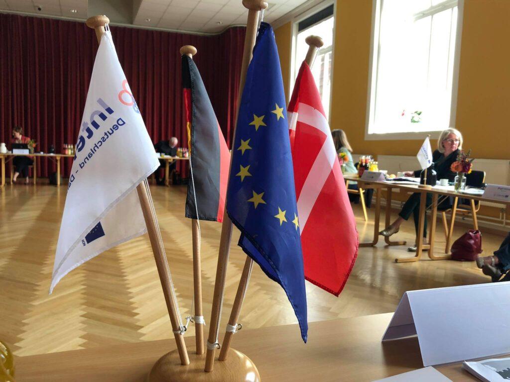 Interreg,- tysk, dansk og europa-flag i sal
