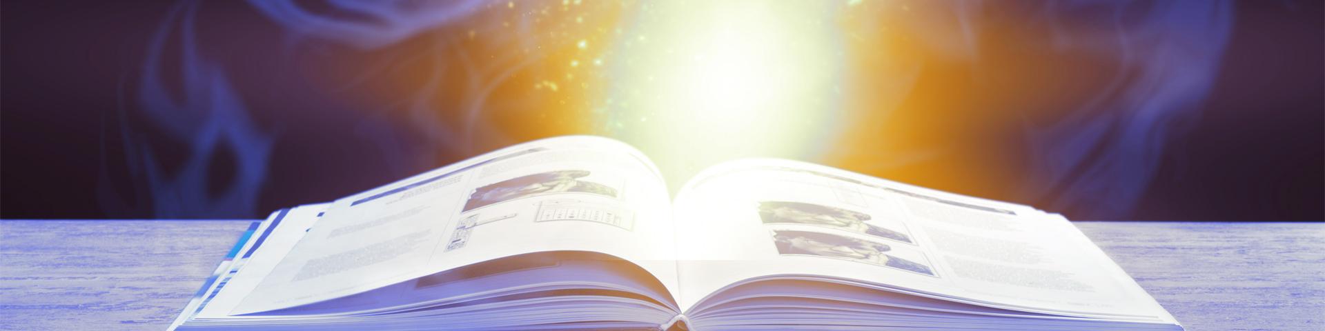 Erfolgsgeschichten - ein aufgeschlagenes Buch, aus dem ein gelb/oranges Leuchten steigt