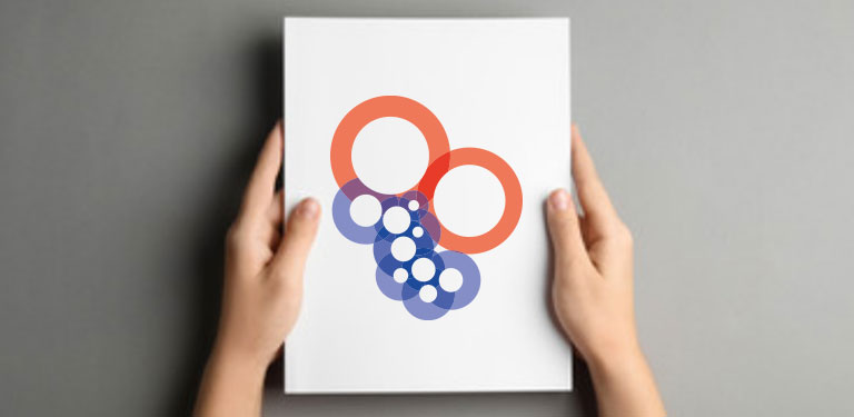 Zwei Hände halten ein weißes DIN a 4 Papier auf dem das Logo gedruckt ist.