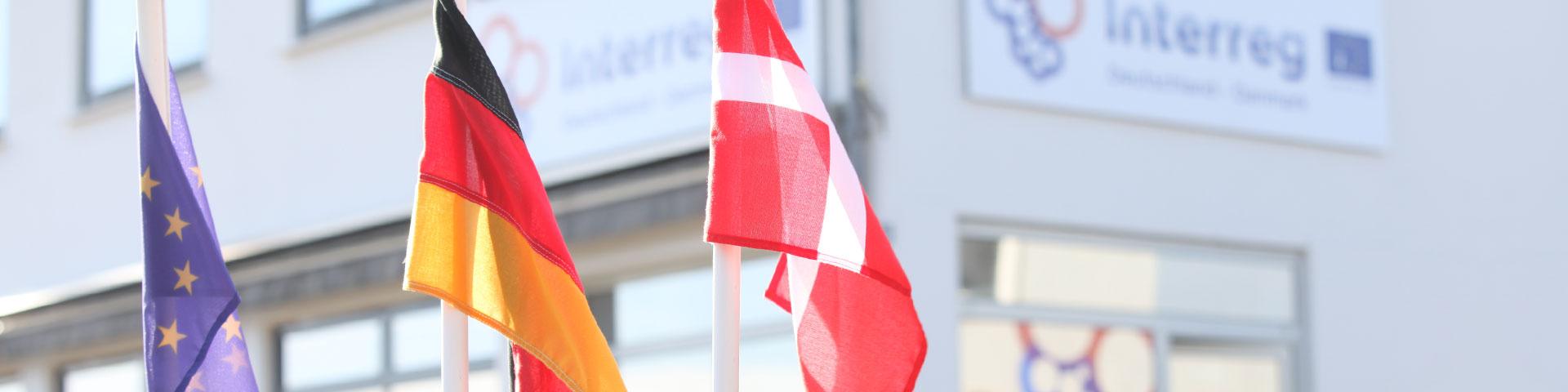 Vor dem Interreg-Gebäude wehen die eurpäische, deutsche und dänische Flagge