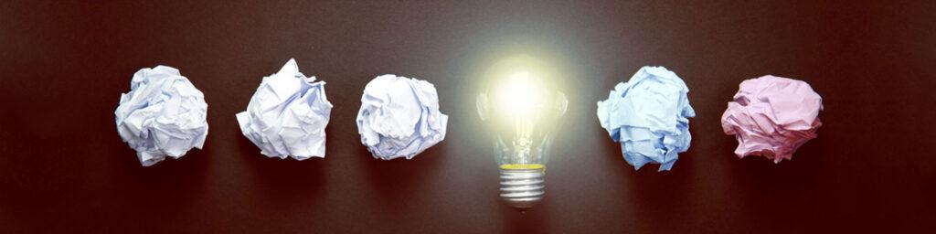 Glühbirne mit Papierkugeln drumherum