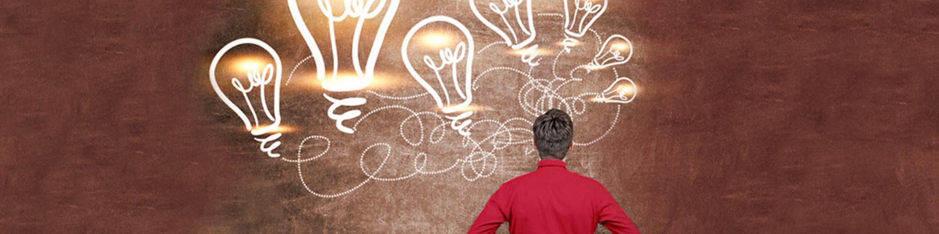 Glühbirnen im Cartoonstil auf Wand, Mann steht davor