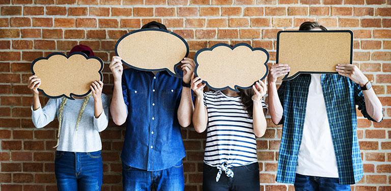 4 Personen verdecken ihr Gesicht