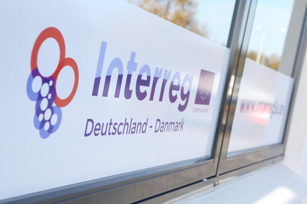 Fensterscheibe mit Interreg-Logo