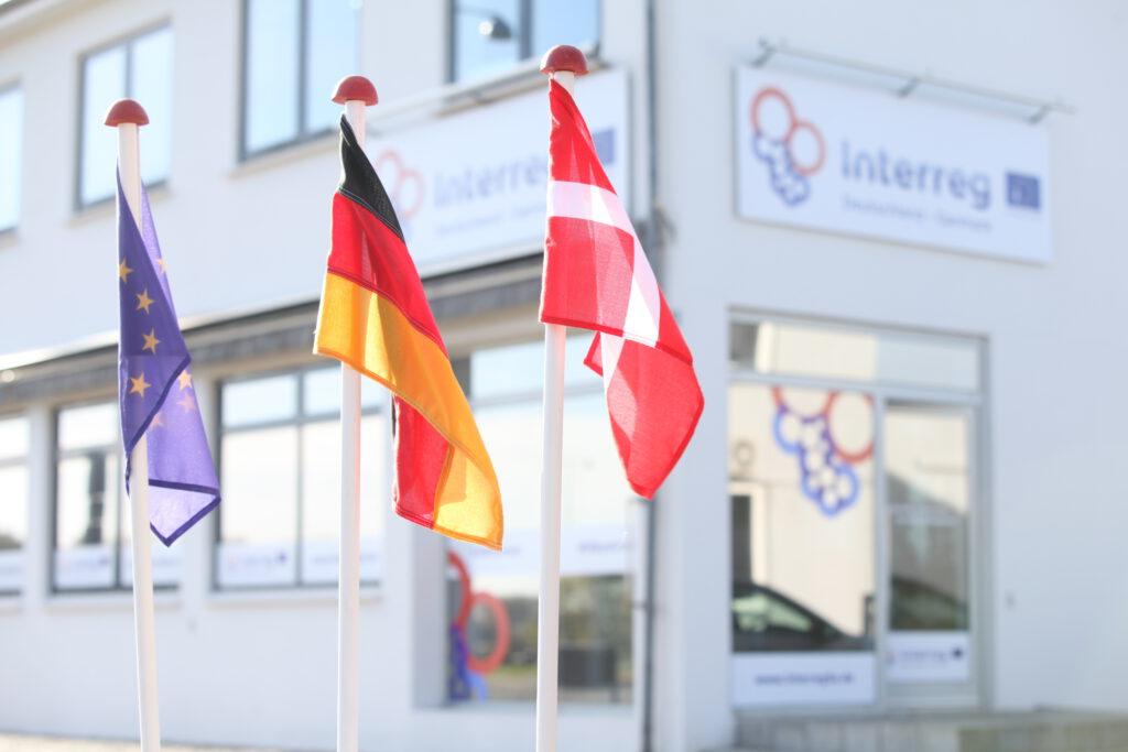 Vor dem Interreg-Gebäude wehen die europäische, deutsche und dänische Flagge