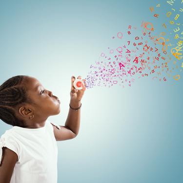 Kind pustet statt Seifenblasen Buchstaben