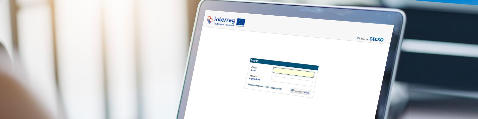 ELMOS - Titelbild zeigt einen Monitor auf dem eine Log-In Seite von Interreg geöffnet ist