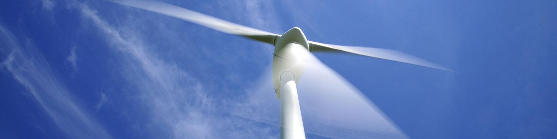 Titelbild zu Priorität 2 - Nachhaltige Entwicklung - ein sich drehendes Windrad vor blauem Himmel
