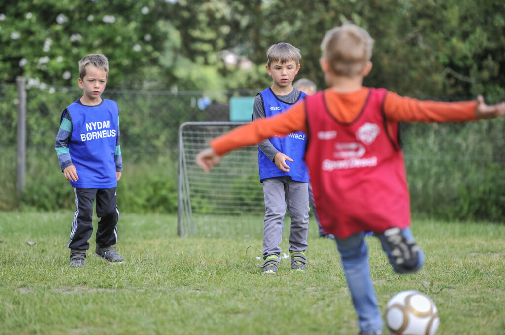Kinder spielen Fussball