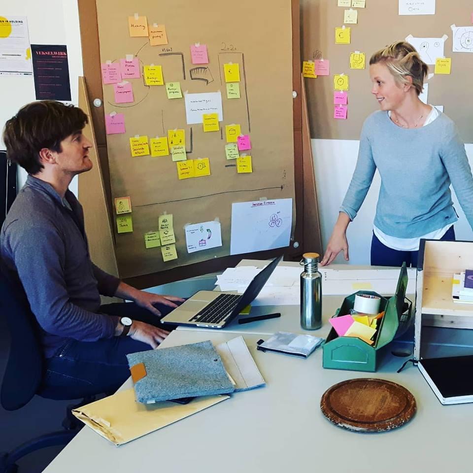 Zwei Personen im Büro