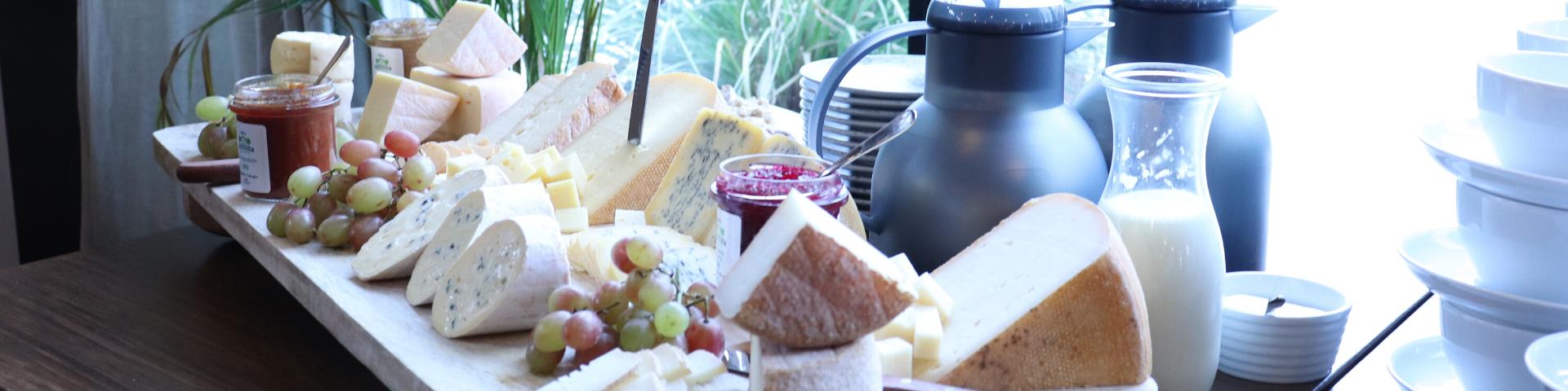 Tisch mit vielen Käsesorten