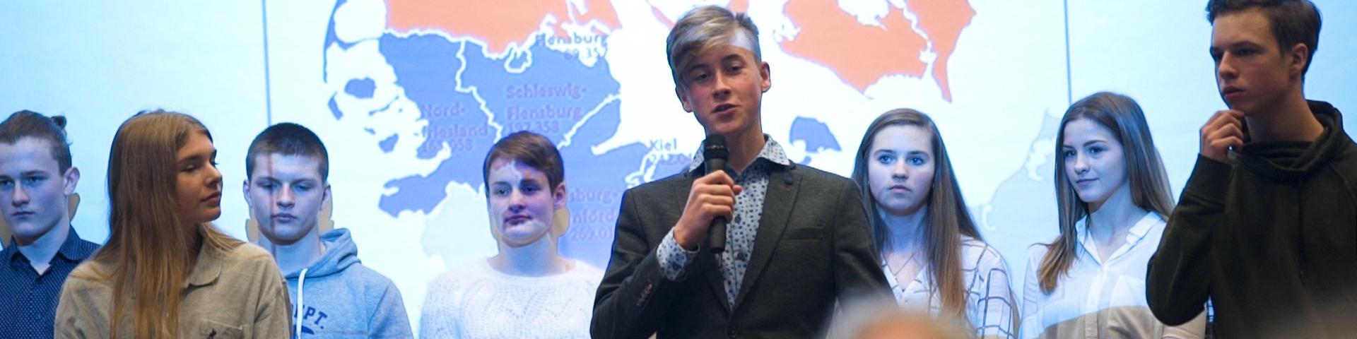 Jugendliche halten Ansprache