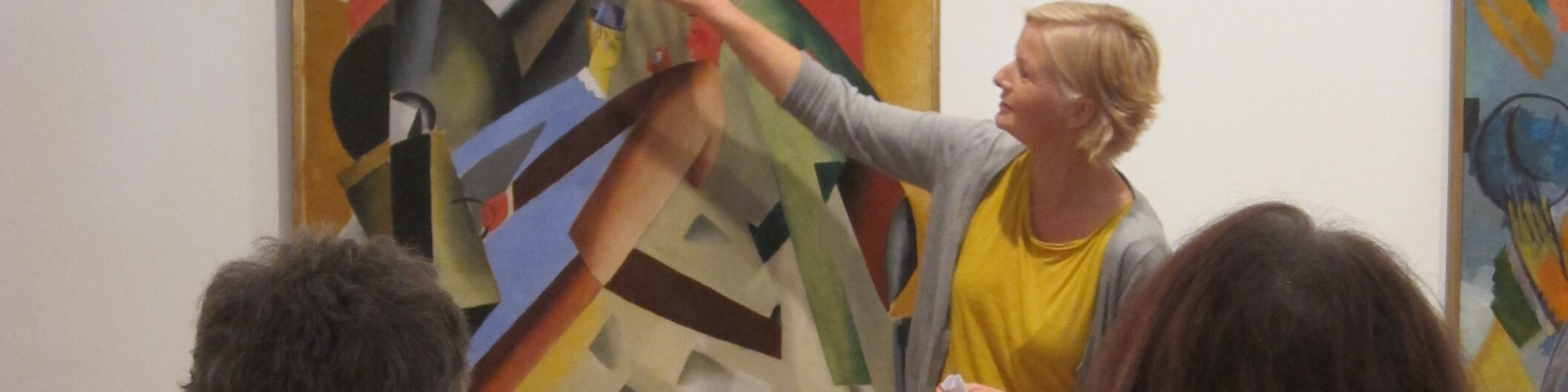 Frau mit Kunst an der Wand