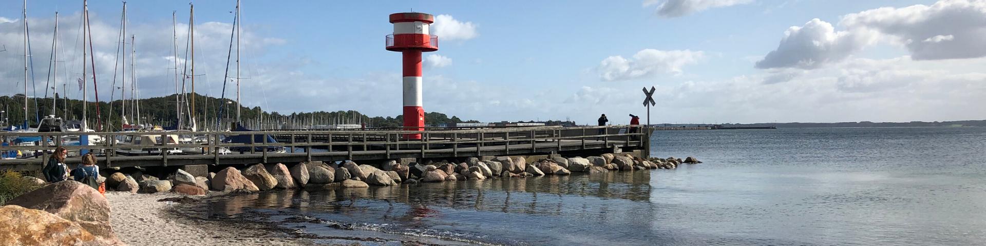 Ein Bootshafen mit Leuchtturm