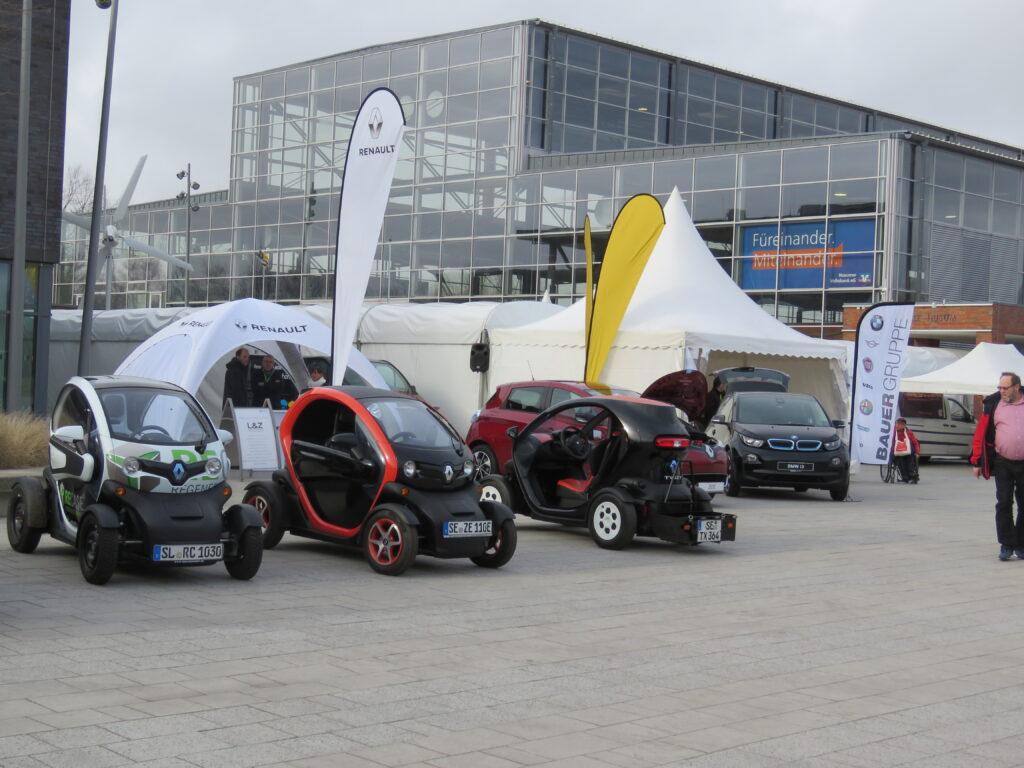parkplatz mit verschiedenen Fahrzeugen