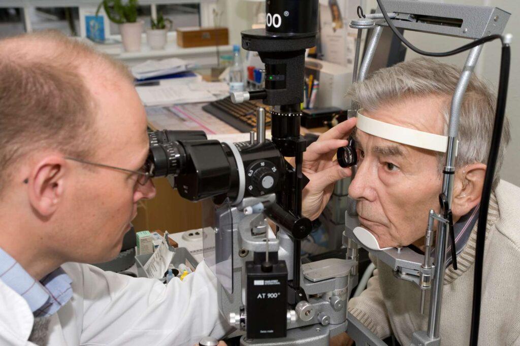Augenarzt mit Geräten