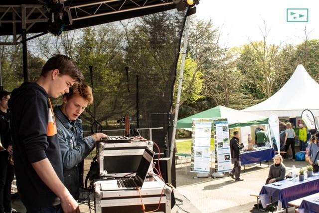 to unge mennesker foran dj-bord
